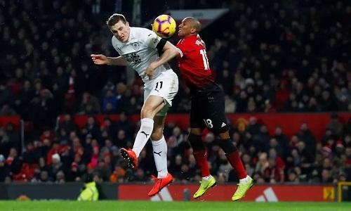 Burnley có trận đấu xuất sắc nhưng Man Utd giữ lại một điểm nhờ tinh thần chiến đấu đến phút cuối. Ảnh: Reuters.