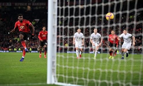 Pogba rút ngắn tỷ số còn 1-2 cho Man Utd bằng pha dứt điểm lạnh lùng trên chấm phạt đền. Ảnh: Offside.