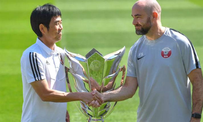 HLV Nhật Bản, Hajime Moriyasu (trái) và đồng nghiệp bên phía Qatar, Felix Sanchez Bas. Ảnh: Reuters