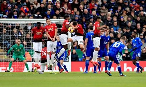 Hàng thủ Man Utd đứng vững trước nỗ lực vây hãm không biết mệt của Leicester. Ảnh: Reuters.
