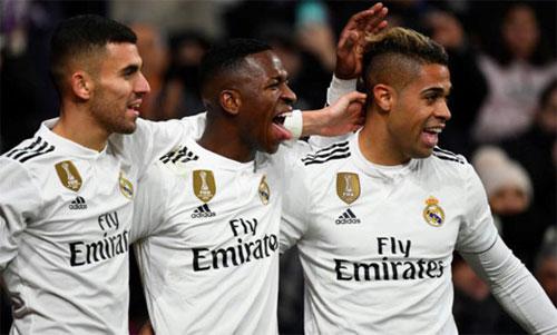 Vinicius (giữa) chơi ngày một lên chân bên cánh trái Real. Ảnh: Reuters