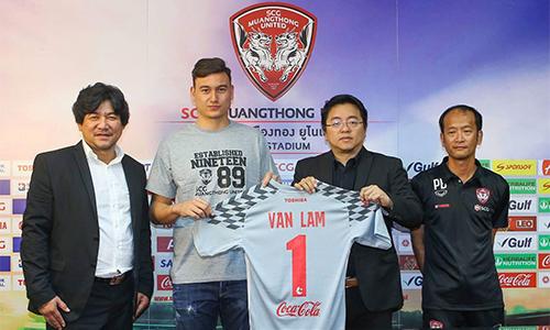 Ronnarit (bìa trái) vui mừng khi Muangthong đã vượt qua nhiều CLB để chiêu mộ Văn Lâm. Ảnh: ThaiLeague.