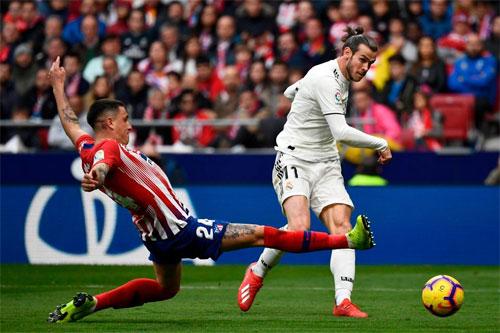 Bale không cho đối thủ có cơ hội cản phá.