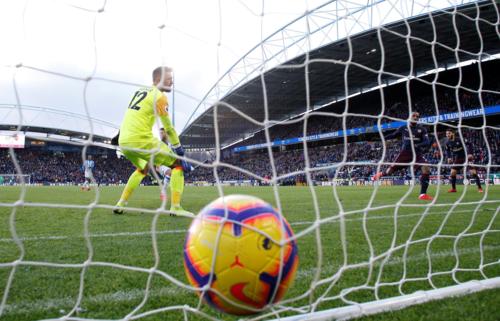 Hiệu quả ở khâu dứt điểm là khác biệt giúp Arsenal thắng trận tại sân Kirklees. Ảnh: Premier League.