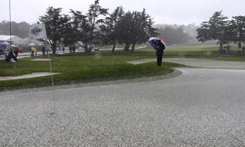 Vòng cuối AT&T Pebble Beach bị ảnh hưởng bởi thời tiết xấu. Ảnh: Monterey Herald.