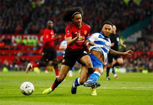 Tahith Chong (đỏ) được thi đấu trong trận Man Utd thắng Reading 2-0 ở vòng ba FA Cup. Ảnh: PA.
