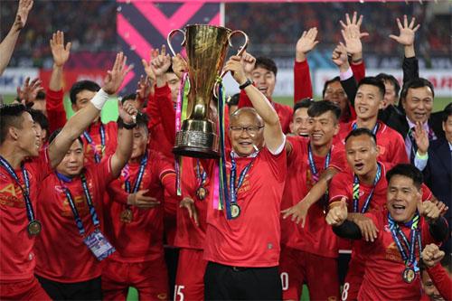 HLV Park Hang-seo nâng cao Cup vô địch AFF tại Mỹ Đình vào tháng 12/2018.