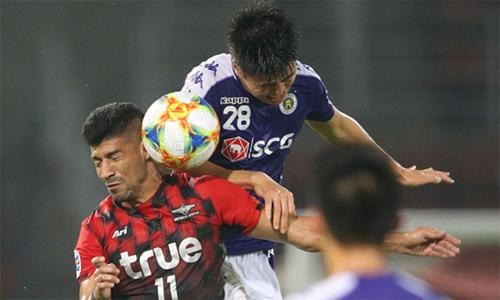 Duy Mạnh chơi lăn xả, giúp Hà Nội đứng vững tới cuối trận, trước khi Văn Quyết ghi bàn quyết định, hạ Bangkok United. Ảnh: Siamsport.