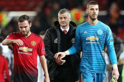 Vẻ mặt thất vọng của Solskjaer và học trò sau trận thua PSG. Ảnh: AFP.