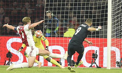Cú ra chân gọn gàng mở tỷ số trước Ajax của Benzema. Tiền đạo người Pháp chạm mốc 60 bàn tại Champions League sau 110 trận, đạt hiệu suất trung bình 0,54 bàn mỗi trận.