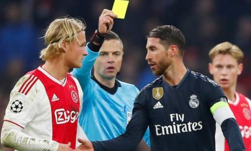 Ramos (thứ ba từ trái sang) có thể bị treo giò ở cả trận tứ kết lượt đi Champions League nếu Real đi tiếp. Ảnh: BBC.