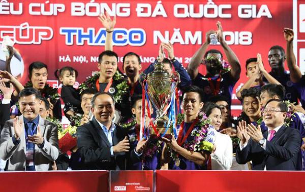 Văn Quyết nhận Cup từ Chủ tịch VFF Lê Khánh Hải. Ảnh: TP.