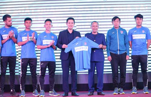 Chủ tịch Asanzo Phạm Văn Tam và ông Phạm Thanh Hùng, Chủ tịch câu lạc bộ Quảng Ninh giới thiệu mẫu áo mới của câu lạc bộ.