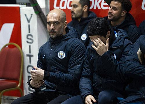 Khuôn mặt lo lắng của Guardiola trong phần lớn thời gian trận đấu. Ảnh: EPA.