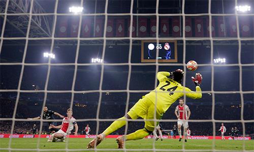 Real trừng phạt Ajax chỉ bằng hai tình huống hiếm hoi họ có cơ hội.