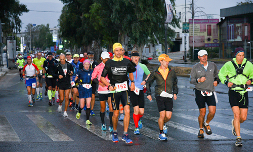 Các VĐV tham gia Spartathlon năm 2018 đang chạy từ Athens tới Elefsina. Ảnh: Spartathlon Official Greece.