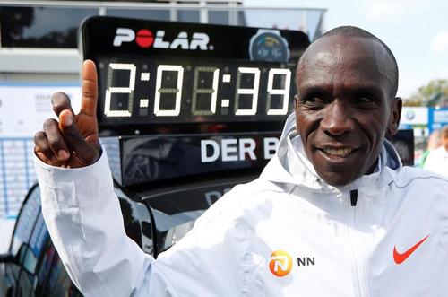 Kipchoge hoàn thành cự ly marathon trong 2 giờ 1 phút 39 giây tại giải Berlin Marathon, Đức, hồi tháng 9/2018. Ảnh: Reuters.