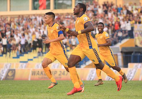 Rimario mới được tái ký hợp đồng và anh lập tức đền đáp bằng bàn thắng vào lưới Bình Dương.