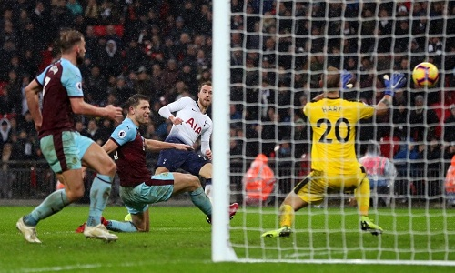 Eriksen ghi bàn duy nhất ở thời gian bù giờ hiệp hai, giúp Tottenham thắng Burnley 1-0 ở lượt đi. Ảnh: Reuters.