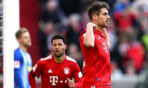 Javi Martinez (phải) trở thành cứu tinh của Bayern trong một ngày đội bóng áo đỏ chơi không đúng sức.
