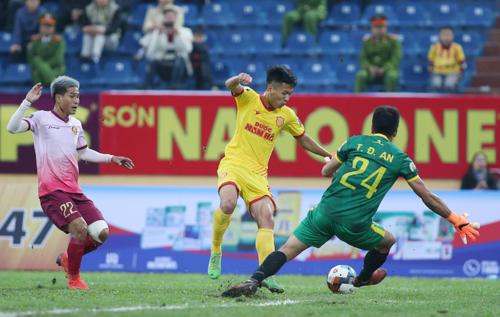 HLV Sài Gòn đổ lỗi cho mặt sân khi thua Nam Định - ảnh 1