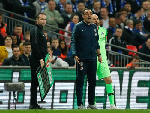 HLV Sarri tức giận bên cạnh thủ môn dự bị Caballero, khi Kepa không tuân lệnh.
