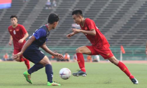Việt Nam và Campuchia thể hiện lối đá nhàm chán trong hiệp một. Ảnh: VFF.