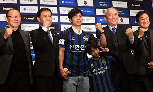 Công Phượng (giữa) trong buổi ra mắt Incheon United.