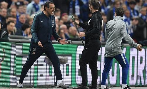 Sarri và trợ lý Zola nổi giận với cách hành xử của Kepa nhưng không thể buộc thủ môn này rời sân. Ảnh: Daily Mail.
