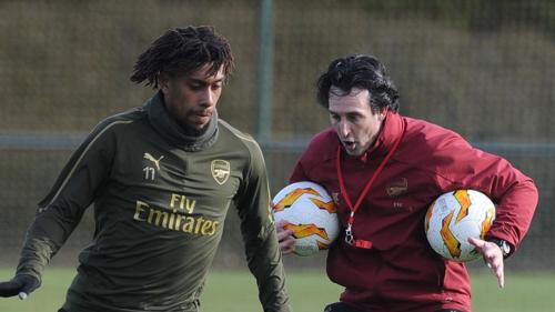 Iwobi (trái) vắng mặt, nhưng HLV Emery không quá lo lắng khi hàng công của Arsenal còn rất nhiều phương án hiệu quả. Ảnh: Sky.