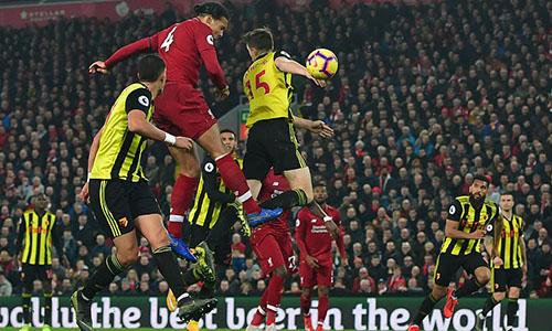 Pha bật nhảy rất cao và đánh đầu thành bàn của Van Dijk. Ảnh: AP.