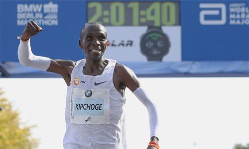 Kipchoge đang giữ kỷ lục chạy marathon thế giới với mốc 2 giờ 1 phút 40 giây, nhưng với người chạy bình thường, bốn giờ được xem là cột mốc vàng cho một cữ chạy marathon.