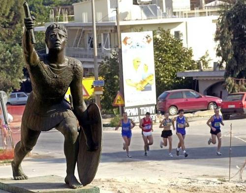 Tên gọi marathon xuất phát từ câu chuyện có thật về Pheidippides, người được dựng tượng tại địa danh Marathon, Hy Lạp.