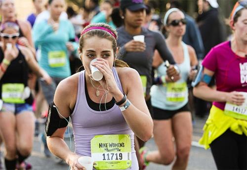 Nhấp một ngụm nước vừa phải là cách được nhiều runner lựa chọn để chống hiện tượng mất nước qua đổ mồ hôi khi tham gia chạy marathon.
