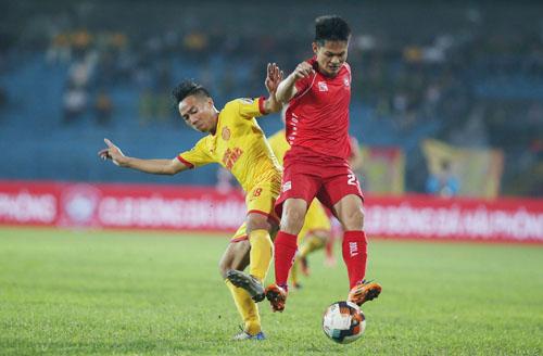 Hải Phòng (áo đỏ) có trận thắng đầu tiên tại V-League 2019. Ảnh: Lâm Thỏa