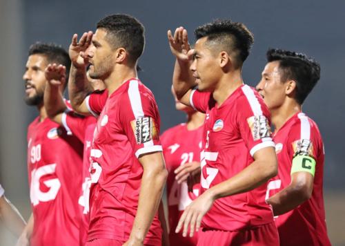 Paulo (thứ hai từ trái sang) kêu gọi đồng đội mừng bàn thắng kiểu nhà binh. Ảnh: Xuân Bình.