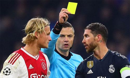 Ramos sẽ phải ngồi ngoài hai trận tới của Real. Ảnh: Reuters