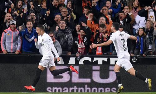 Valencia là đối thủ khó chịu bậc nhất với Barca. Ảnh: Reuters