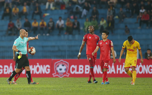 Trọng tài Hoàng Anh Tuấn rút ra bốn thẻ vàng trong trận đấu giữa Hải Phòng và Nam Định. Ảnh: Lâm Thỏa