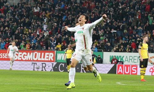 Niềm vui của Ji Dong-won sau bàn thắng vào lưới đội bóng cũ.
