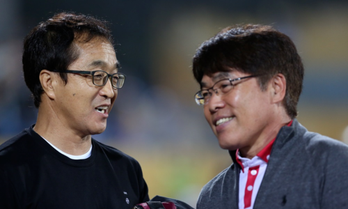 HLV U23 Việt Nam Lee Young-jin (trái) từ khán đài xuống sân chúc mừng HLV Viettel Lee Heung-sil sau trận. Ảnh: Xuân Bình.