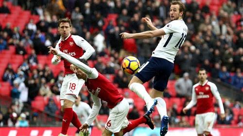 Kane (áo trắng) là ác mộng của Arsenal ở những trận derby Bắc London. Ảnh: EPA.