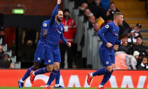 Higuain thể hiện khả năng dứt điểm của một sát thủ vòng cấm khi ghi bàn thứ ba trong màu áo Chelsea. Ảnh: Catherine Ivill.