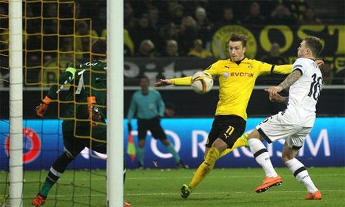Dortmund (áo vàng) cần thắng ít nhất 3-0 như từng làm tại Europa League. Ảnh: Reuters