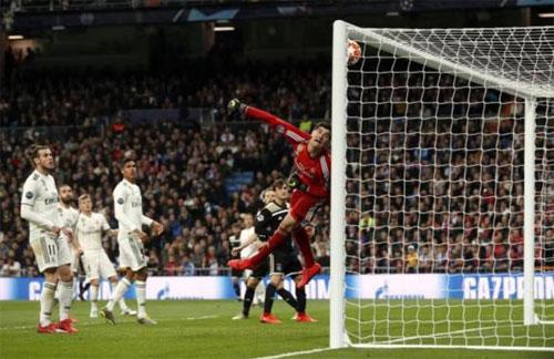 Thủ môn Courtois mắc sai lầm lớn với bàn thua cuối. Ảnh: Reuters
