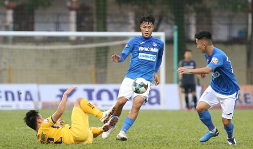 Quảng Ninh (áo xanh) giành chiến thắng đầu tiên sau ba vòng V-League 2019. Ảnh: Lâm Thoả.