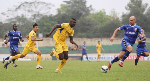Olaha ghi dấu ấn trong cả hai bàn thắng của SLNA vào lưới Bình Dương. Ảnh: Trần Trung