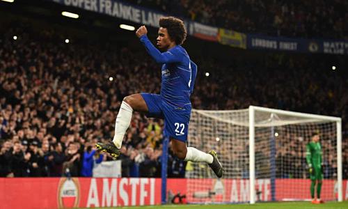 Willian ghi bàn đẹp mắt trên chấm đá phạt. Ảnh: Reuters.