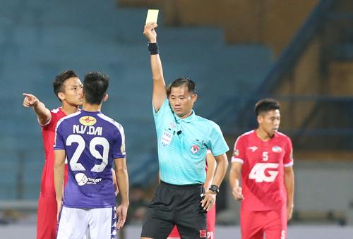 Ngọc Hải nhận thẻ vàng sau pha vào bóng với Văn Kiên ngày 6/3.