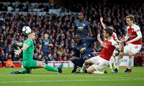 Lukaku không thắng được thủ môn Leno trong tình huống đối mặt ở hiệp hai. Ảnh:AFP.